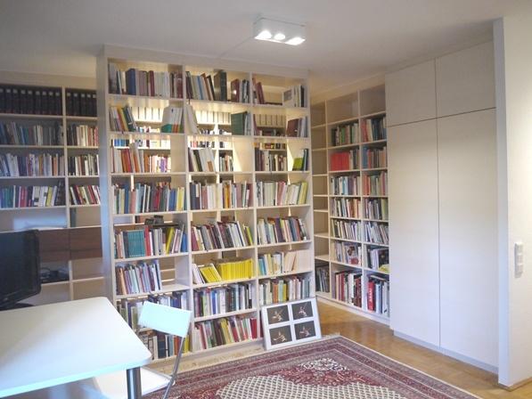 Bibliothek in Ahorn weißlich lackiert