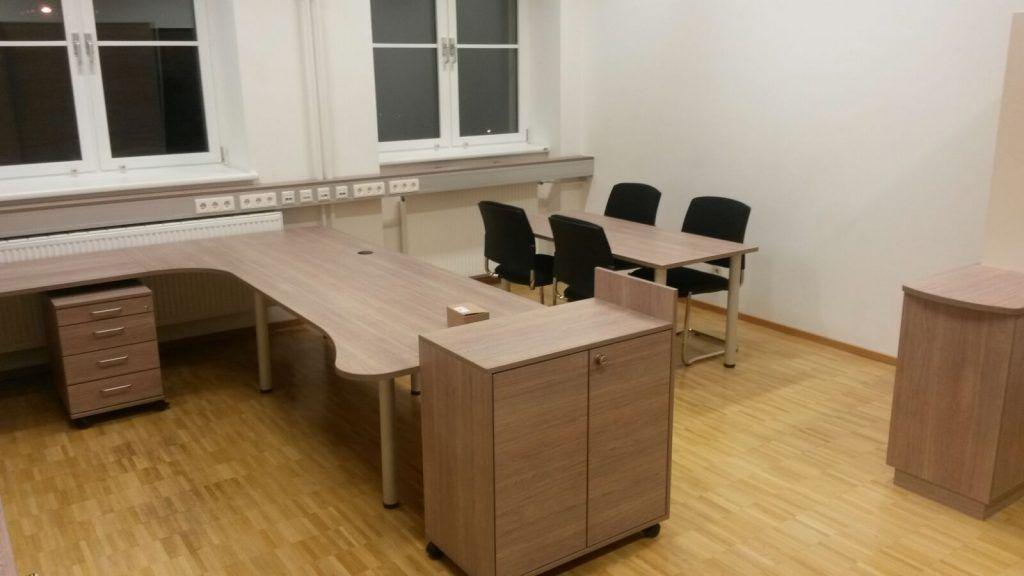 Büro mit Besprechungstisch