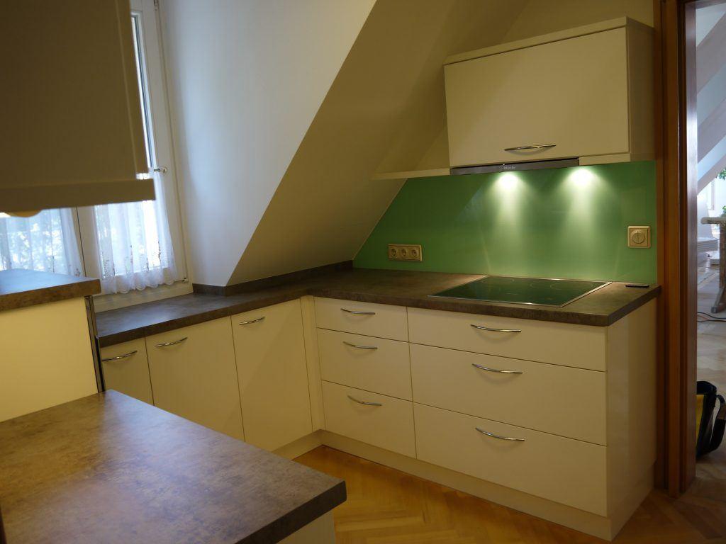 Kleine Küche mit Dachschräge