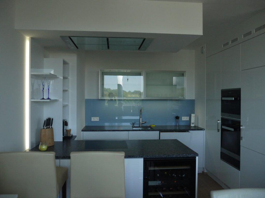 Küche in Hochglanz mit Steinarbeitsplatte