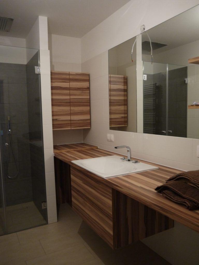Längliches Badezimmer